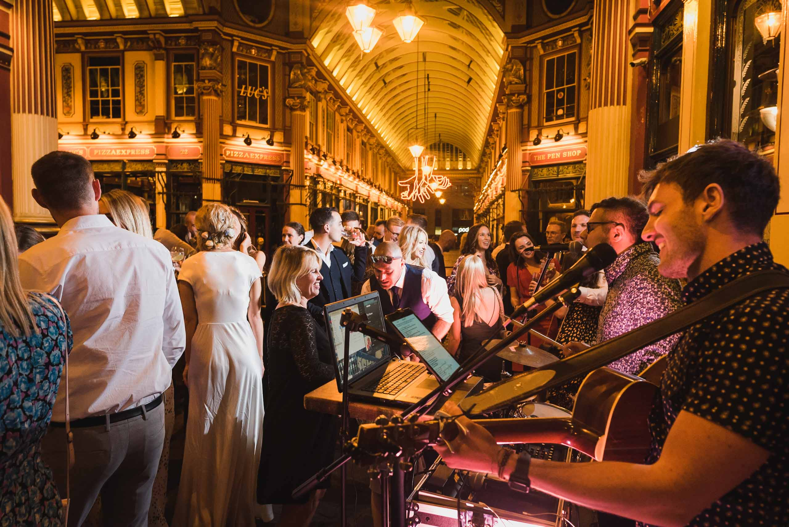 carine bea photography, pub wedding London , The Lamb Tavern Leadenhall, crazy dance