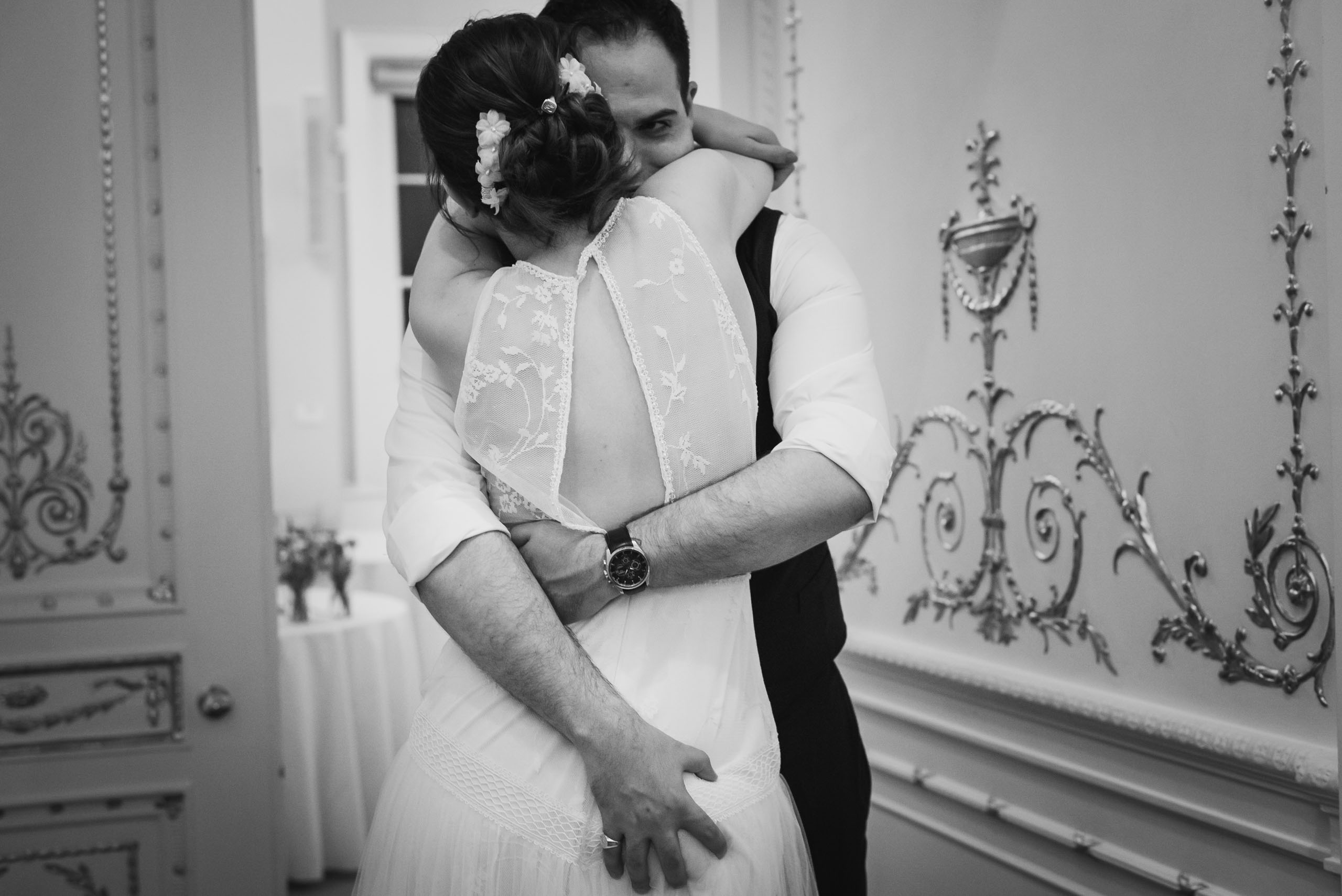carine bea photography, Couple having a moment at wedding in Carlton House Terrace London